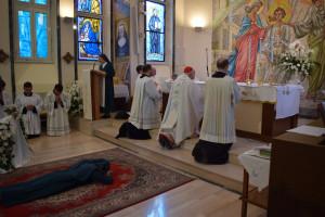 La candidata si prostra mentre si cantano le Litanie dei Santi in comunione con la Chiesa Celeste
